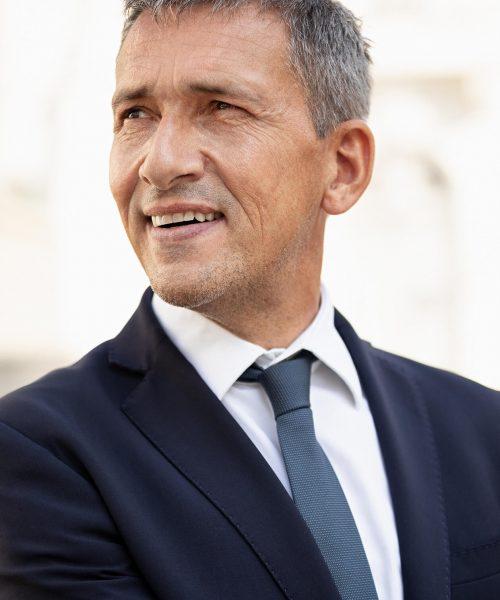 Rechtsanwalt schaut nach rechts - Mag. Jörg C. Müller